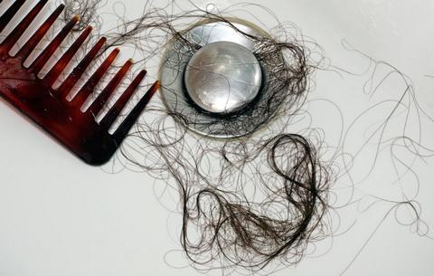 Если выпадают волосы при мытье головы