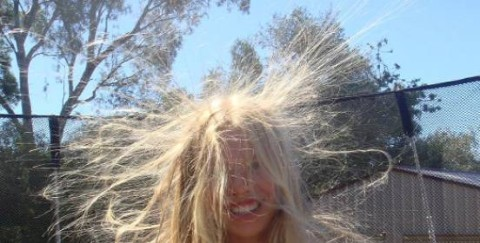 Электризация волос — указывает на сухость кожи головы